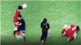 Dân mạng vừa thương vừa lo khi Tấn Sinh nằm sân đau đớn sau cú va chạm với cầu thủ Thái Lan
