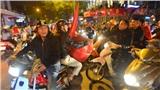 Việt Nam chiến thắng, hàng chục nghìn CĐV đổ về Hồ Gươm 'đi bão' ăn mừng