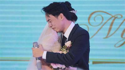 Độc quyền: Trung Anh (1977 Vlog) ôm chặt cô dâu, khóc nức nở trong ngày cưới