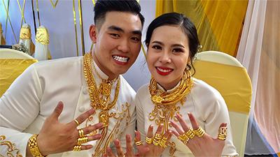 Hóa ra cặp đôi được trao 49 cây vàng cùng 2,5 tỷ còn được chị chú rể tặng thêm 2000 USD và 100 triệu trong ngày cưới