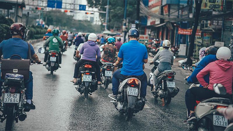 Người Sài Gòn đổ ra đường sau cơn mưa tầm tã, quên mất đang cách ly toàn xã hội...