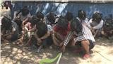 Cảnh sát dùng túi nylon trùm đầu những người đánh bạc trong mùa dịch