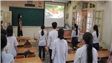 Thứ 2 đầu tiên đi học sau kì nghỉ dài chống dịch Covid-19, học sinh trường THPT Trần Phú - Hoàn Kiếm chào cờ ngay trong lớp