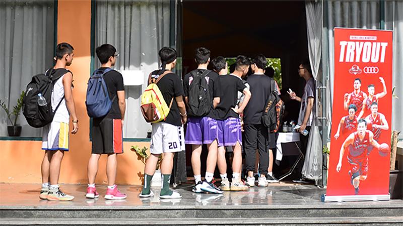 Bất chấp Hà Nội nóng như đổ lửa, giới trẻ vẫn xếp hàng đến Try Out của Thang Long Warriors
