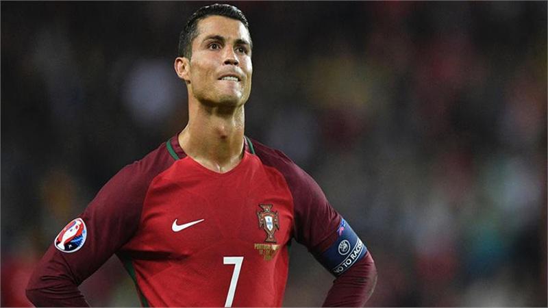 Ronaldo mất cơ hội ghi bàn thứ 100 cho tuyển Bồ Đào Nha chỉ vì một vết ong đốt
