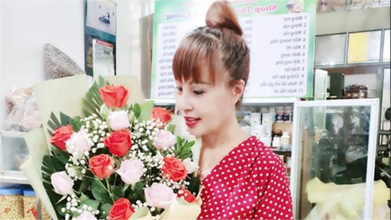 'Cô dâu' Thu Sao mừng tuổi 64 bên chồng trẻ, khoe hoa quà đầy ắp