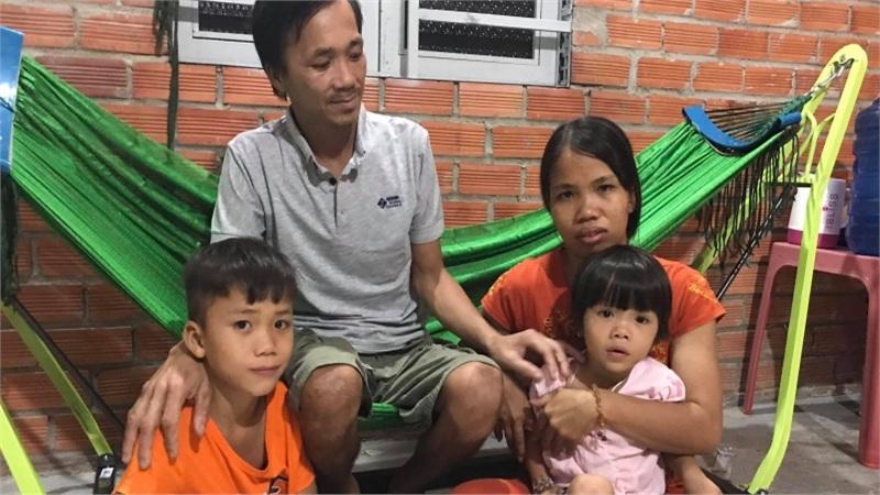 http://tiin.vn/chuyen-muc/song/khoanh-khac-doan-vien-cua-gia-dinh-nguoi-dan-ong-bi-ran-can-con-gai-nho-liu-lo-a-ba-ve-roi.html