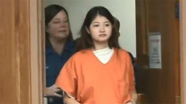 Rợn người câu chuyện phía sau 'nụ cười tươi' của nữ phạm nhân xinh đẹp trước phiên tòa xét xử