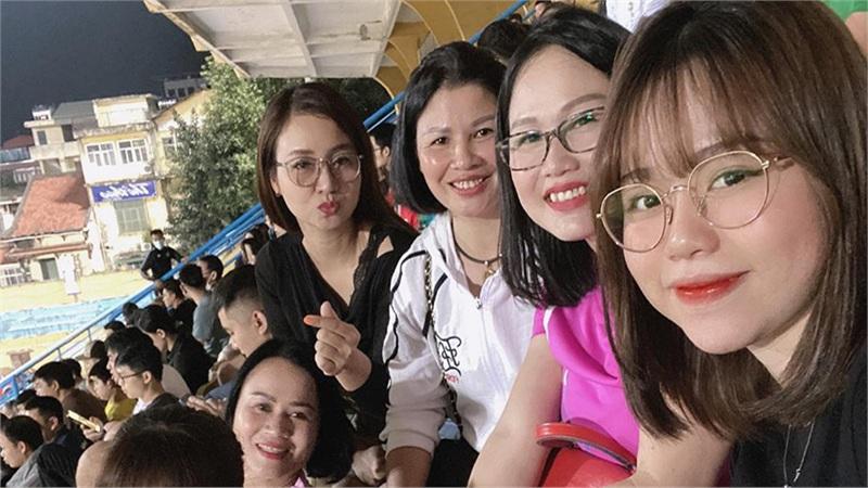 Mẹ Huỳnh Anh ăn mừng bàn thắng cùng mẹ Quang Hải: Đám cưới sẽ không còn xa?