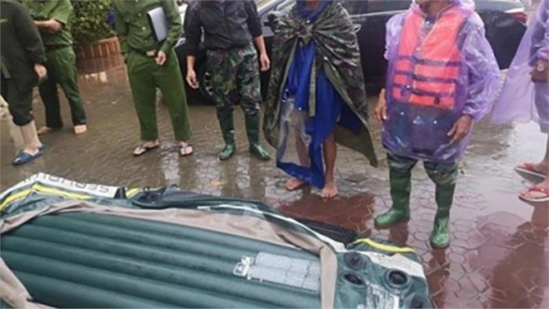 Hà Tĩnh: Mượn thuyền cứu hộ không thành, người đàn ông vác dao đâm thủng
