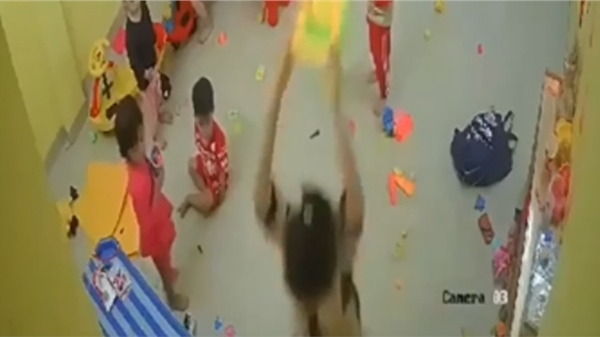 Clip hiệu trưởng vụt học sinh mầm non túi bụi vì vẽ bậy lên tường, kéo lê vào chỗ khuất camera