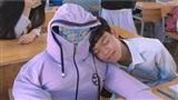Bạn ngồi cạnh nghỉ học vài hôm, nam sinh tạo hình nộm bạn rồi ngồi ôm, dựa vì quá nhớ