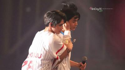 Thành viên Wanna One gặp chấn thương tai khi đang đùa giỡn ngay trên sân khấu