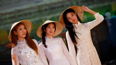 Không phải mặc áo dài cho vui, áo dài Việt Nam còn được Momoland đưa vào MV trở lại