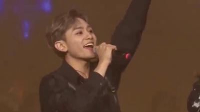 Thành viên trong nhóm nhạc Hàn 'gây sốt' khi hét to tiếng Việt trên sân khấu ra mắt
