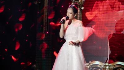 Clip: Nghe Chi Pu hát live trên sân khấu ca khúc hit 'Anh ơi ở lại'
