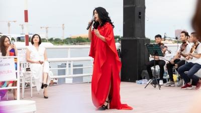 Diva Thanh Lam mang âm nhạc dân tộc và Tây phương lên sàn diễn thời trang