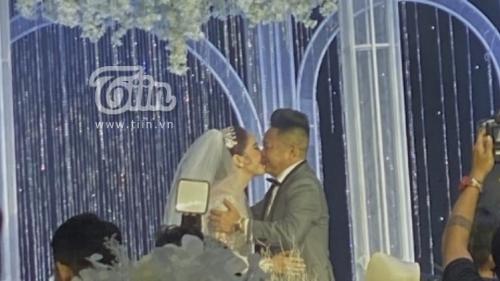 Clip hot: Bảo Thy và chú rể bị MC Thanh Bạch 'ép' hôn nhau trong 10 giây