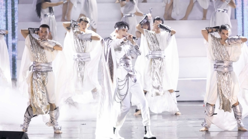Chấn thương còn chưa hồi phục, S.T Sơn Thạch 'chơi lớn' hóa thần Hy Lạp, đem cả cung điện lên sân khấu