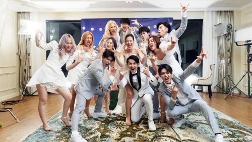 Bao nhiêu năm nữa mới có MV đỉnh như 'Yêu là cưới', mời được dàn 'cameo' toàn sao hạng A thế này?