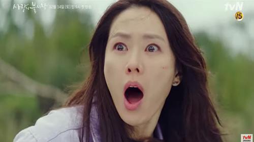Trailer 'Crash Landing On You' tập 1: Son Ye Jin gặp cảnh 'ngàn cân treo sợi tóc' vì bị Hyun Bin nghi là gián điệp