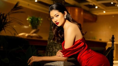 Hoa hậu Vũ Hương Giang khoe dáng chuẩn với váy cắt cúp, bày tỏ mong muốn thi sắc đẹp quốc tế