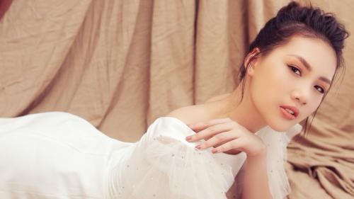Quỳnh Hoa khoe nhan sắc trong trẻo tuổi 21, kể chuyện mất 25 show chỉ trong hai tháng