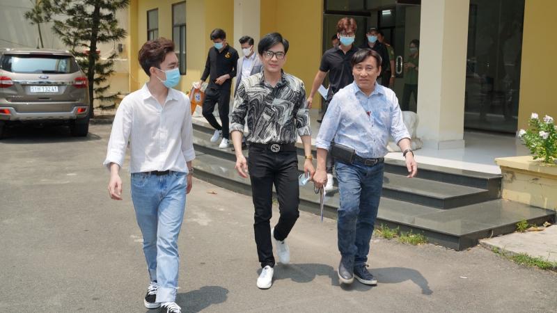 Đan Trường - Trung Quang tặng gel rửa tay, găng tay và khẩu trang y tế cho các khu cách ly