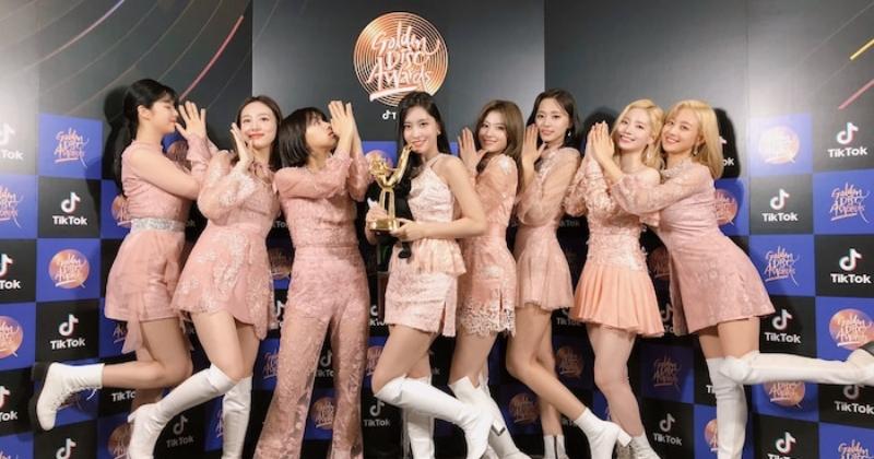Twice tung 'Feel Special' bản nhảy với đội hình 9 thành viên: Màn lộ tóc của Momo gây chú ý!