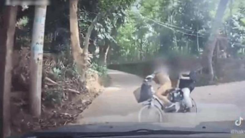 Chạy xe đạp điện từ ngõ ra suýt lao thẳng vào đầu ô tô, tình huống xử lý của cô gái khiến tất cả ngỡ ngàng