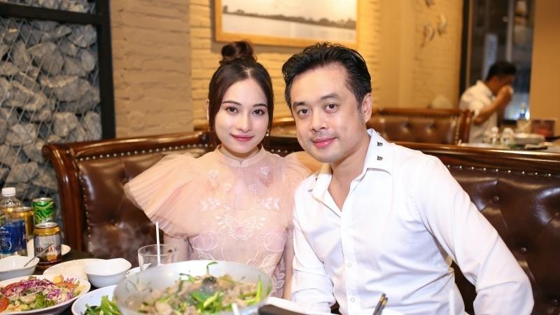 Lộ diện sau tin mang thai đôi, Sara Lưu được ông xã Dương Khắc Linh ân cần chăm sóc