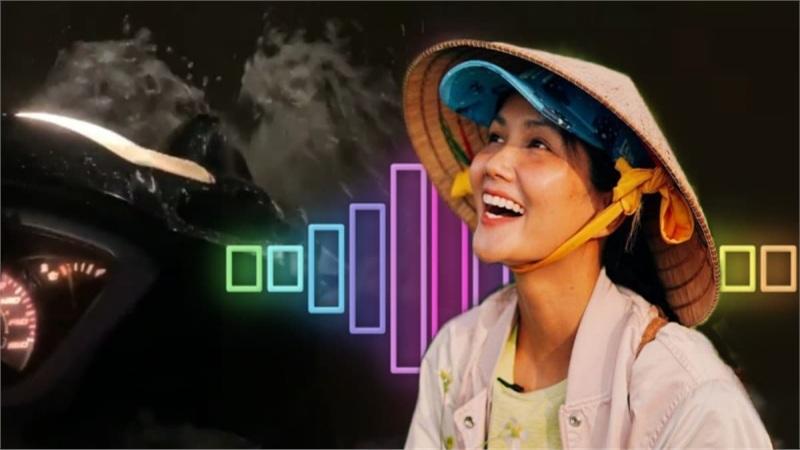 H'Hen Niê đi xe máy giữa trời mưa nhưng vẫn không quên hát hò: Tinh thần văn nghệ cứ gọi là 'đỉnh'!