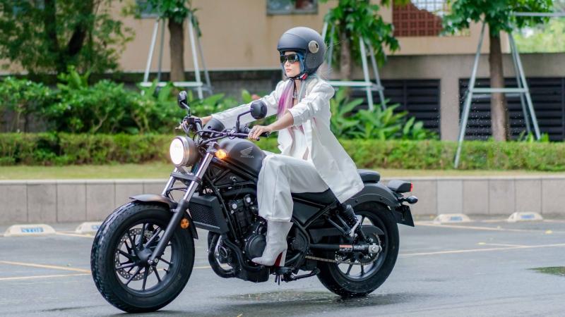 Hoa hậu H'Hen Niê theo trend tóc nhiều màu, xuất hiện ấn tượng với xe mô tô phân khối lớn