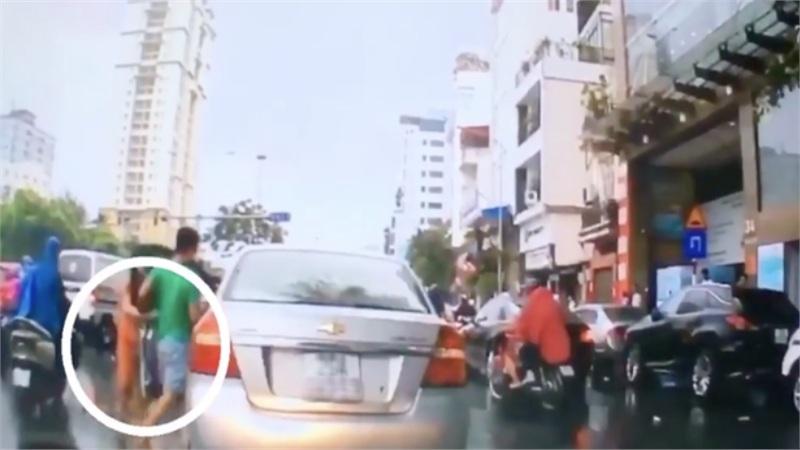 Phẫn nộ clip thanh niên dừng xế hộp giữa đường 'thó' chùm vải của cô bán hàng rong vừa gặp tai nạn, rồi lên xe đóng cửa bỏ đi mặc người khác can ngăn