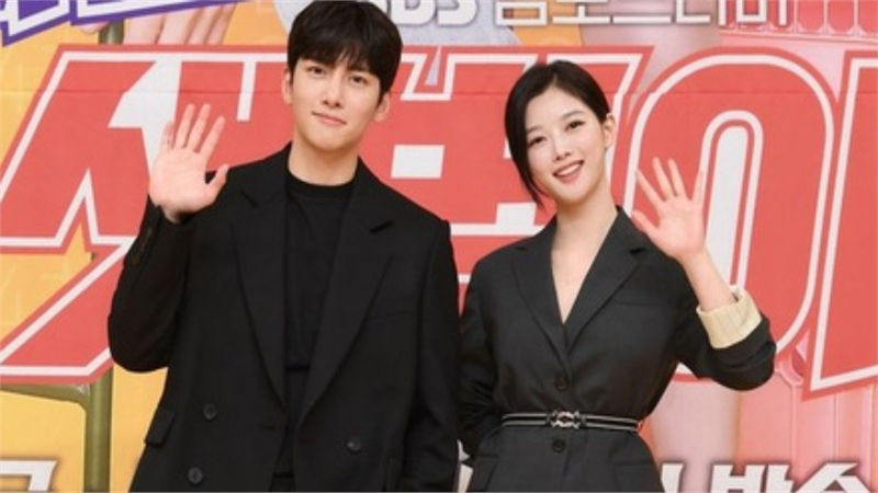 Ji Chang Wook tái xuất cùng Kim Yoo Jung trong phim mới nhưng bị mắng tơi bời, lôi cả chuyện 'thế tử' hộp đêm để chỉ trích