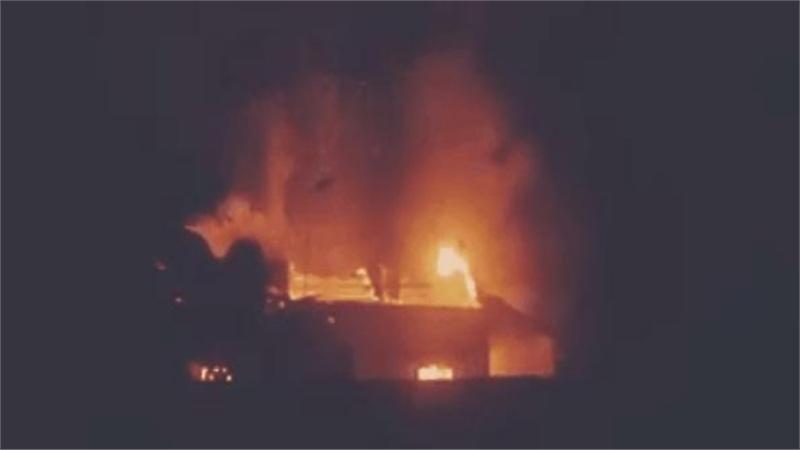 Lửa từ lò ấp trứng cháy lan sang thiêu rụi cả căn nhà, 2 cụ già may mắn thoát ra ngoài