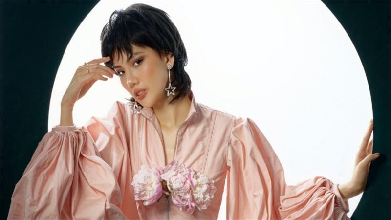 Siêu mẫu Quỳnh Hoa mặc 'hở trên, hở dưới' chào tuổi 22