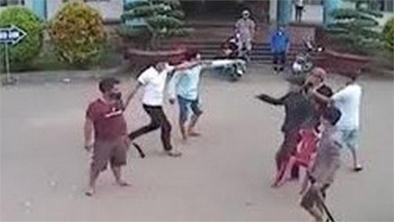 Hai nhóm thanh niên cầm dao, kiếm hỗn chiến