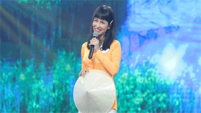 Trang Moon khiến Quyền Linh, Ngọc Sơn mê mẩn khi lần đầu 'cầm mic'
