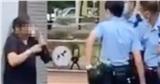 Không chịu đeo khẩu trang còn chống đối, người phụ nữ bị cảnh sát xịt hơi cay khống chế