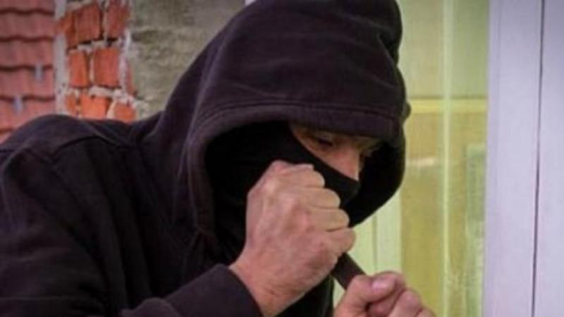 Vờ xin nước chế mì tôm ăn sáng, 2 thanh niên lừa cụ bà lấy trộm 17,6 triệu đồng
