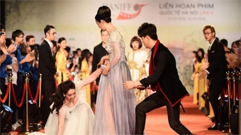 Khoảnh khắc Titi ân cần dìu Nhật Kim Anh khiến dân tình đặt dấu chấm hỏi về mối quan hệ giữa 2 người