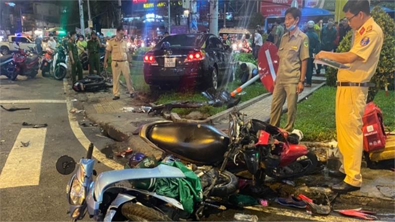NÓNG: Nữ tài xế lái ô tô tông hàng chục xe máy giữa ngã tư, ít nhất 10 người bị thương