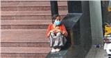 Hình ảnh hot nhất MXH hôm nay: Người bà ngồi lặng lẽ ở góc trường đại học, lý do khiến ai nghe xong cũng cay khóe mắt