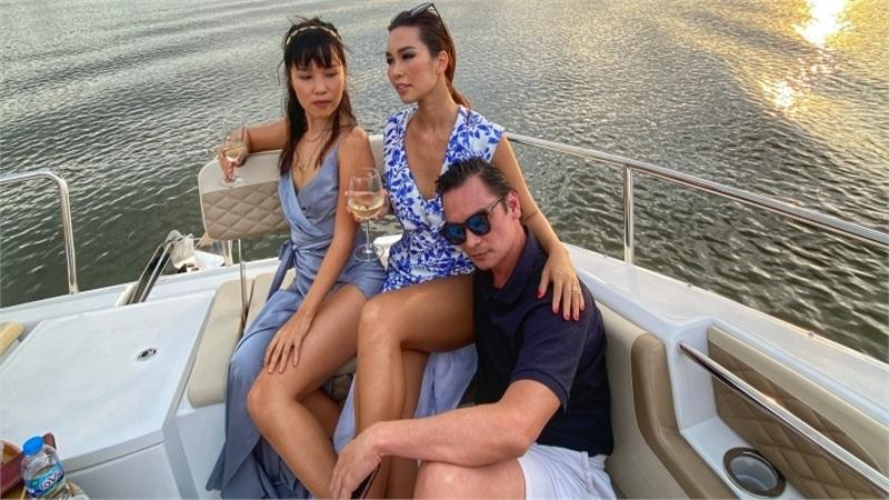 Vợ chồng Hà Anh bao trọn du thuyền, mở tiệc 'quẩy tới bến' cùng bạn bè