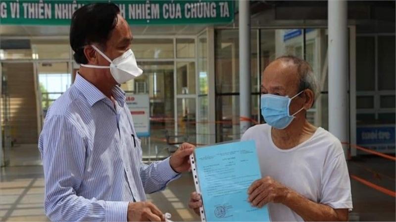 Cụ ông 90 tuổi có bệnh nền nặng cùng 17 người khác khỏi COVID-19