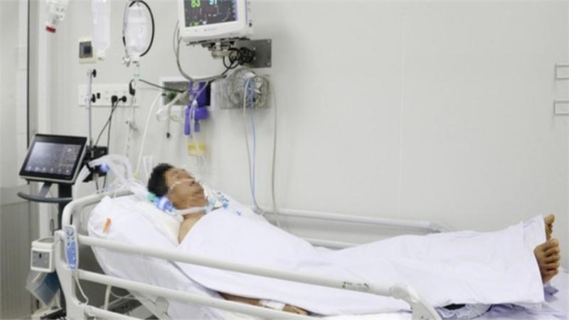 CLIP: Bác sĩ Chợ Rẫy nói về bệnh nhân ngộ độc pate Minh Chay 'thở máy tính bằng tháng'