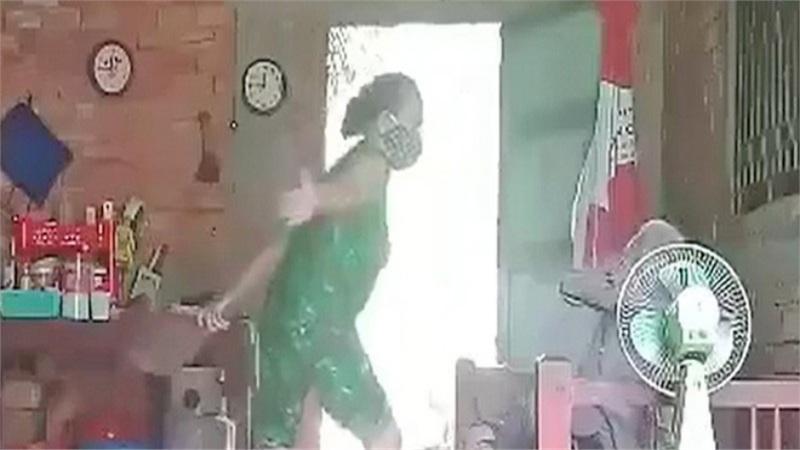 Vụ con gái hành hạ mẹ ở Long An: Sau khi bà cụ mất, cháu ngoại gửi clip cho người thân