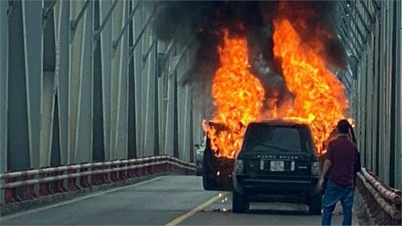 Xe Range Rover bốc cháy ngùn ngụt trên cầu Chương Dương