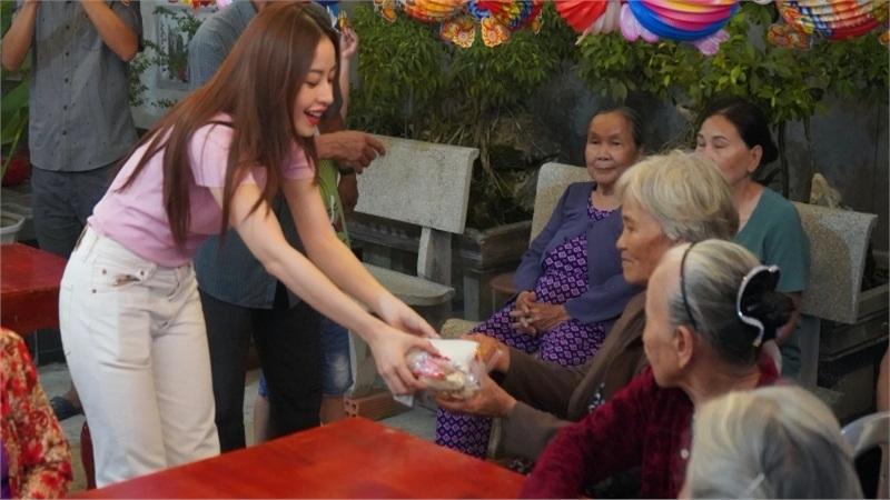 Chi Pu hóa chị Hằng,trao 700 phần quà Trung thu đến người dân tại Phú Yên